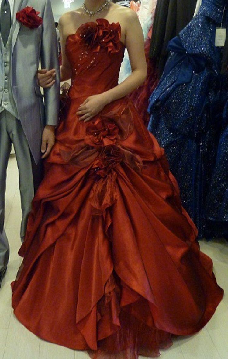 目を引く真っ赤なドレス