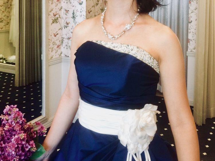 可愛すぎないのがまた良い!白×ネイビーのバイカラードレス