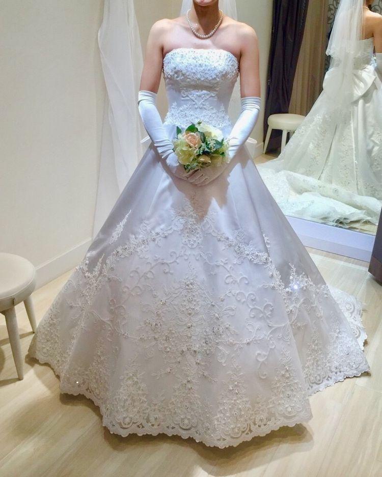 刺繍のあるウェディングドレス