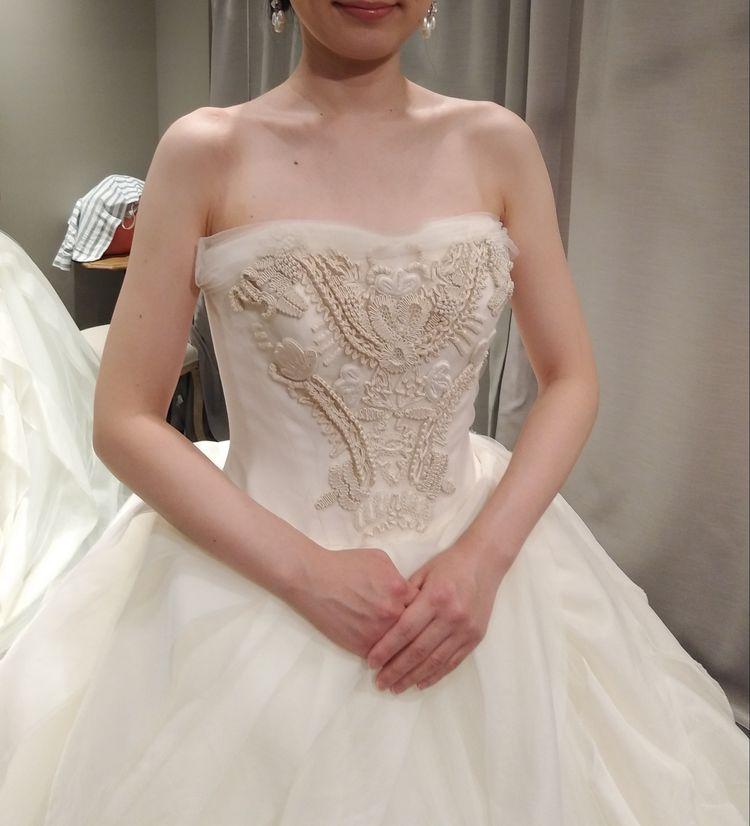 胸元の刺繍が印象的なプリンセスラインドレス