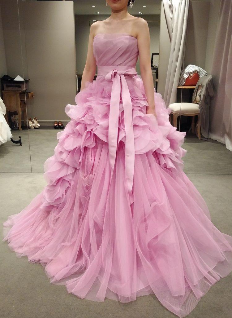 青みがかったピンクのゴージャスなドレスです