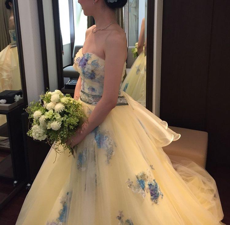 黄色をベースとした青がポイントのドレス