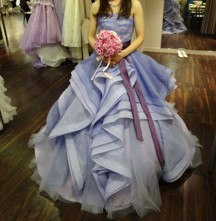 縦フリルとチュールがおしゃれなドレス