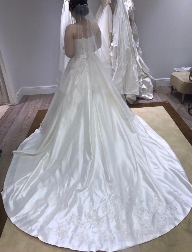 シンプルエレガントなウェディングドレス