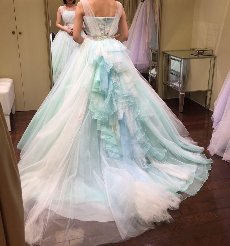 ミント系のグラデーションが美しいドレス