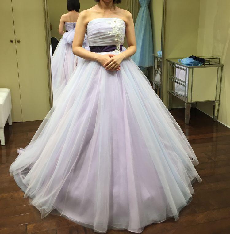 ラベンダー系パステルカラーのドレス