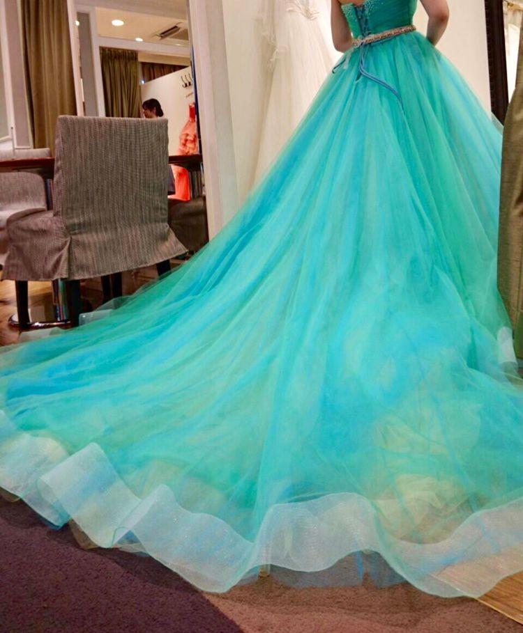 エメラルドグリーンの鮮やかなドレス