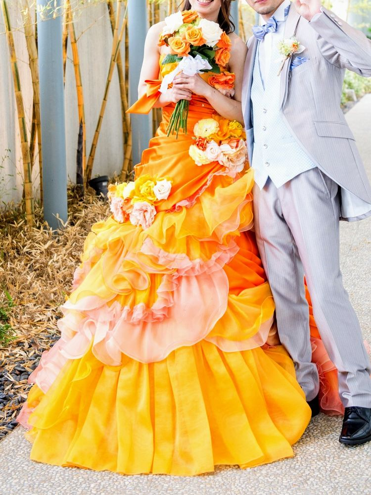フレッシュなオレンジ色が印象的なドレス