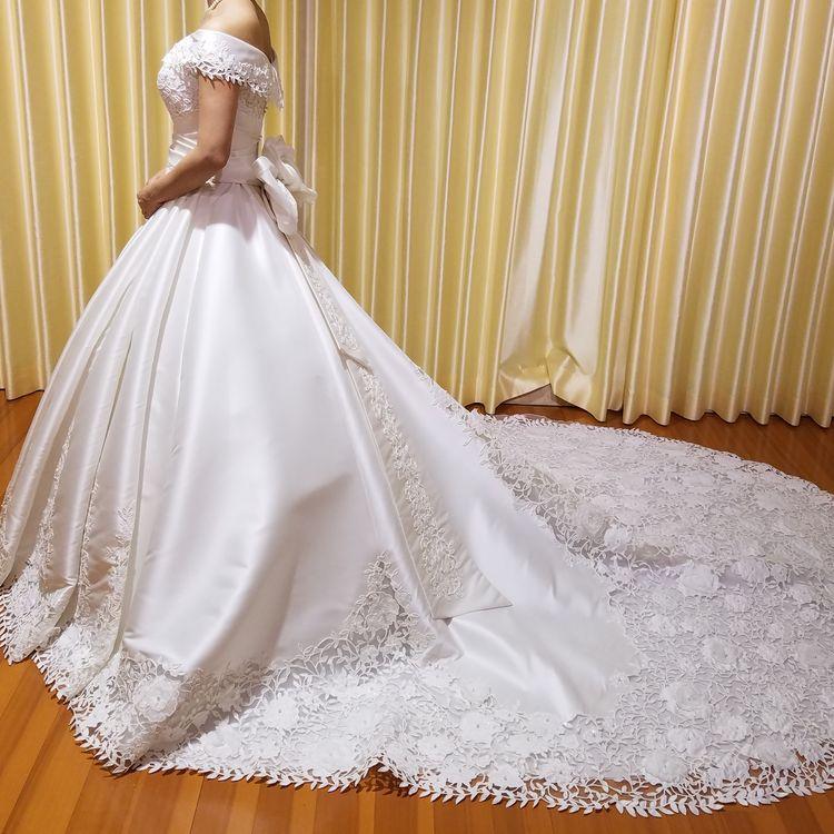 サテン生地の上品ドレス