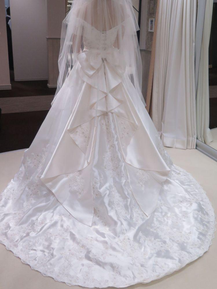 オフショルダーのクラシカルなドレス