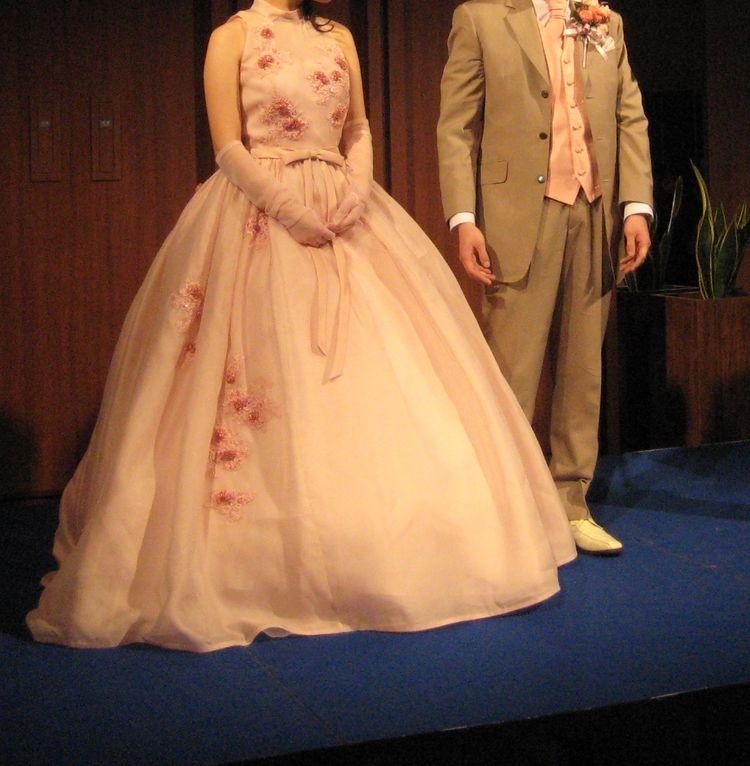 いろいろなデザインや色が選べるドレスが揃い、親切なお店