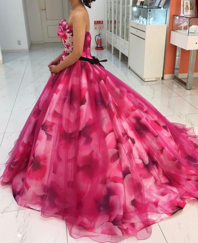 華やかな花柄ピンクドレス