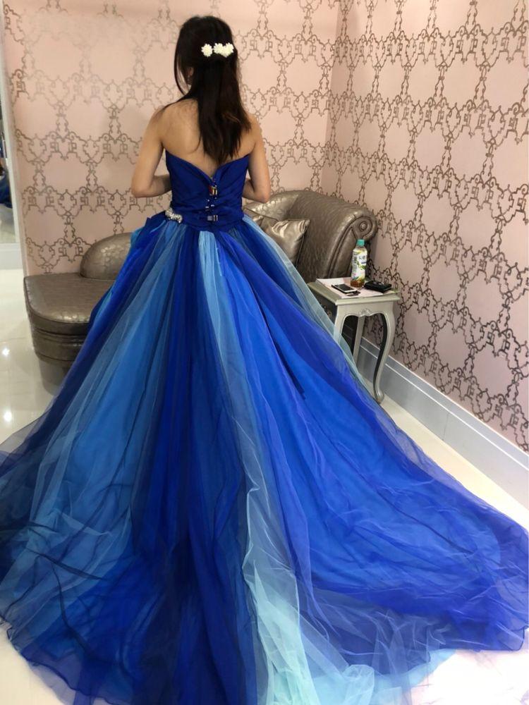 パッと目を惹くブルーのドレス