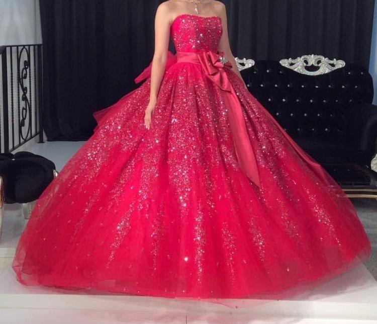 定番の赤のカラードレス