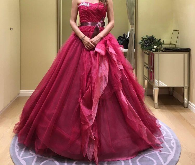 明るすぎず暗すぎず、絶妙カラーの赤ドレス