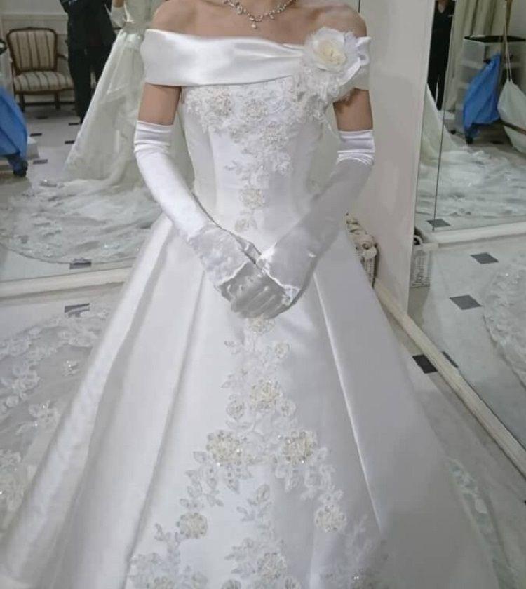 薔薇のトレーンが綺麗なオフショルダードレス