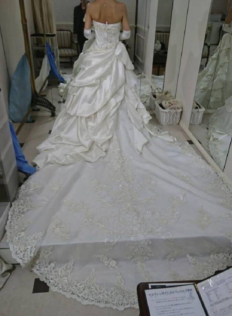 薔薇モチーフが印象的なドレス