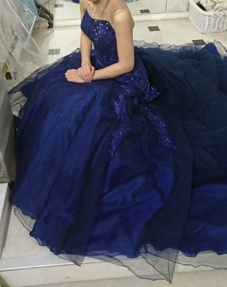 深いブルーのマーメイドドレス