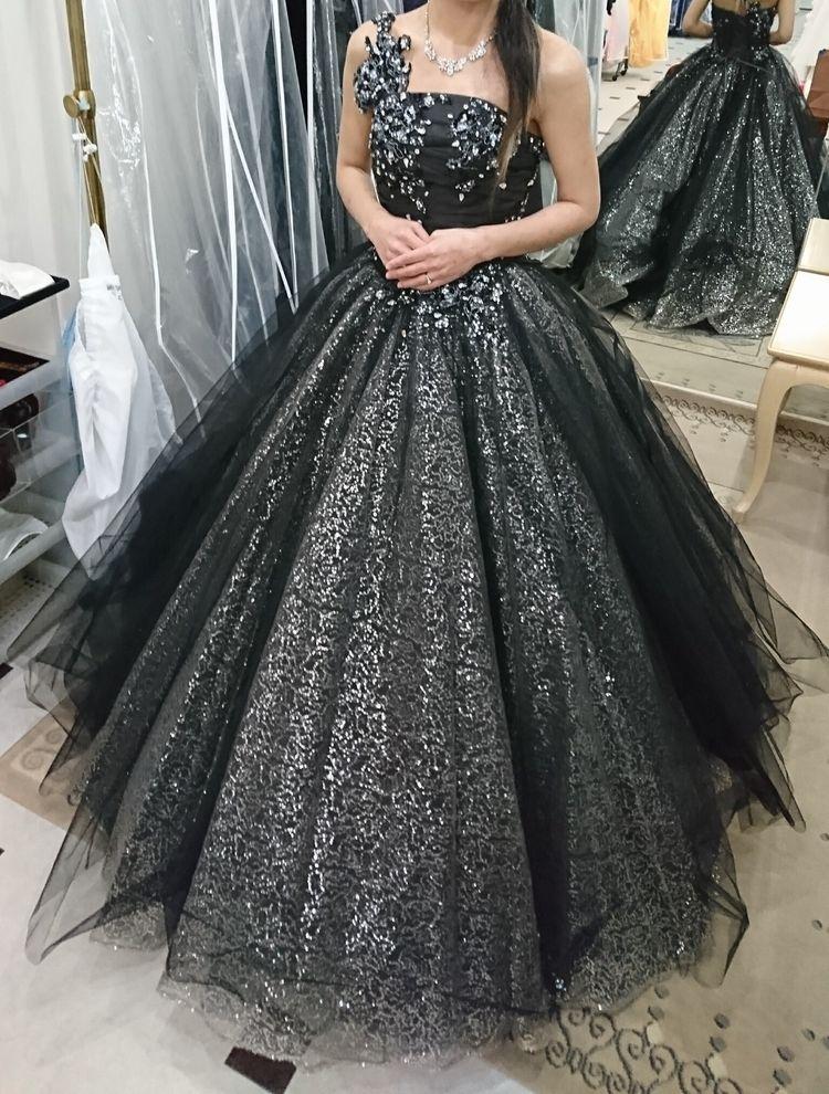 黒のグリッタードレス