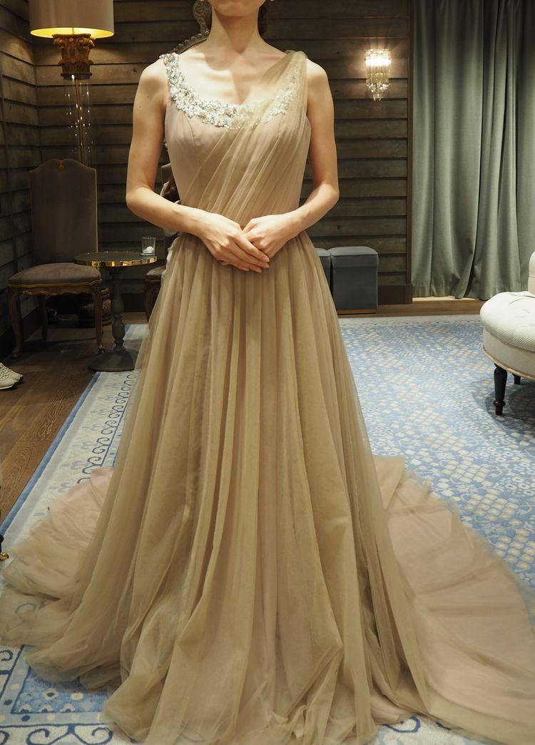 ベージュの大人ドレス