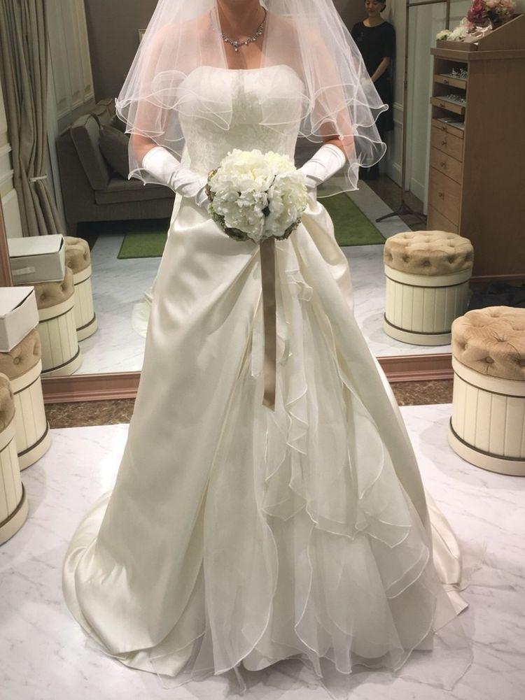サテン生地のドレス