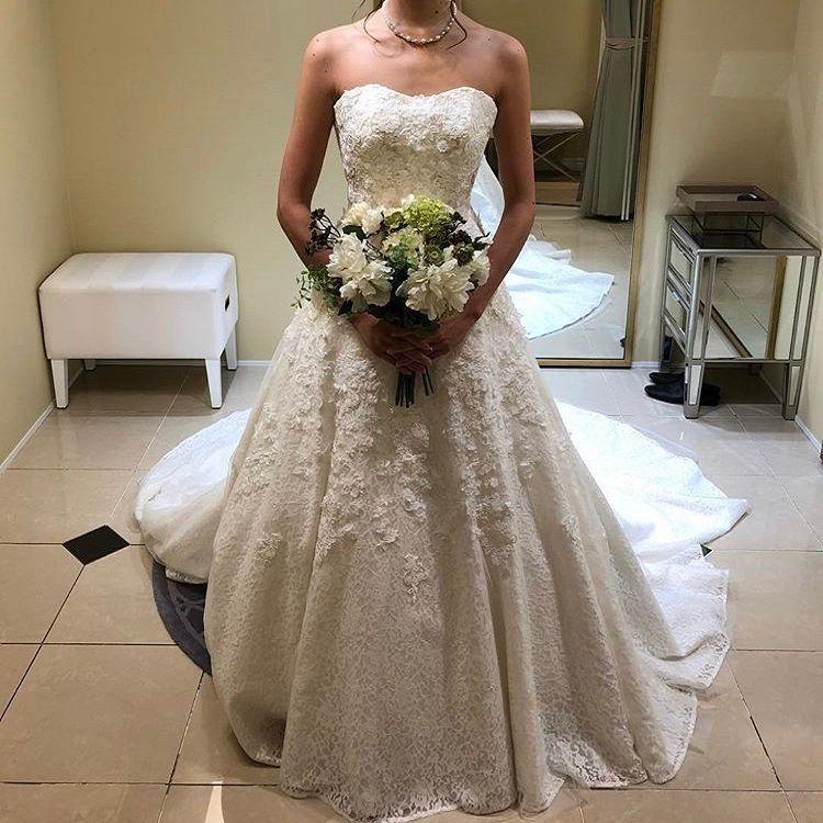 花の刺繍が施されたAラインドレス