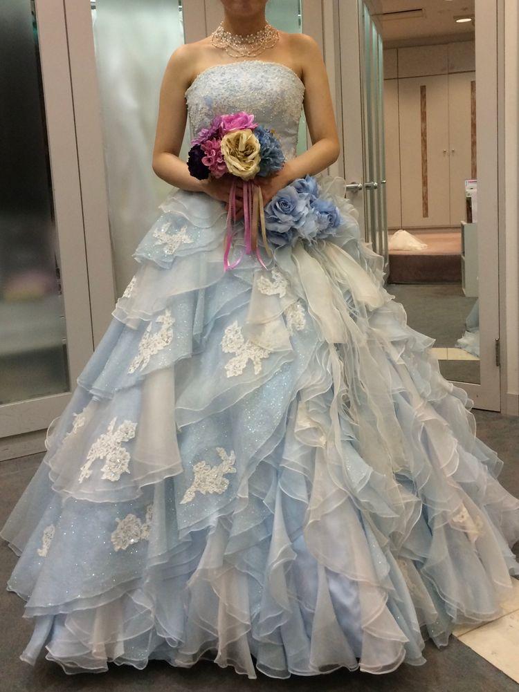 動くたびにキラキラ綺麗なドレスです
