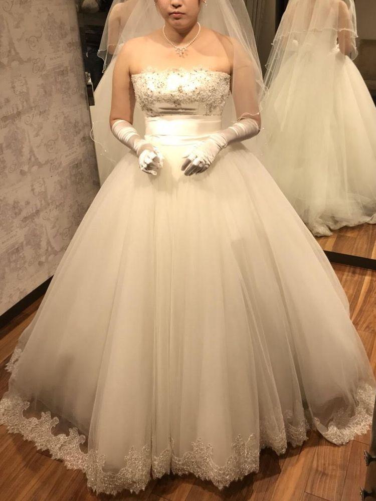 ボリュームチュールの白ドレス