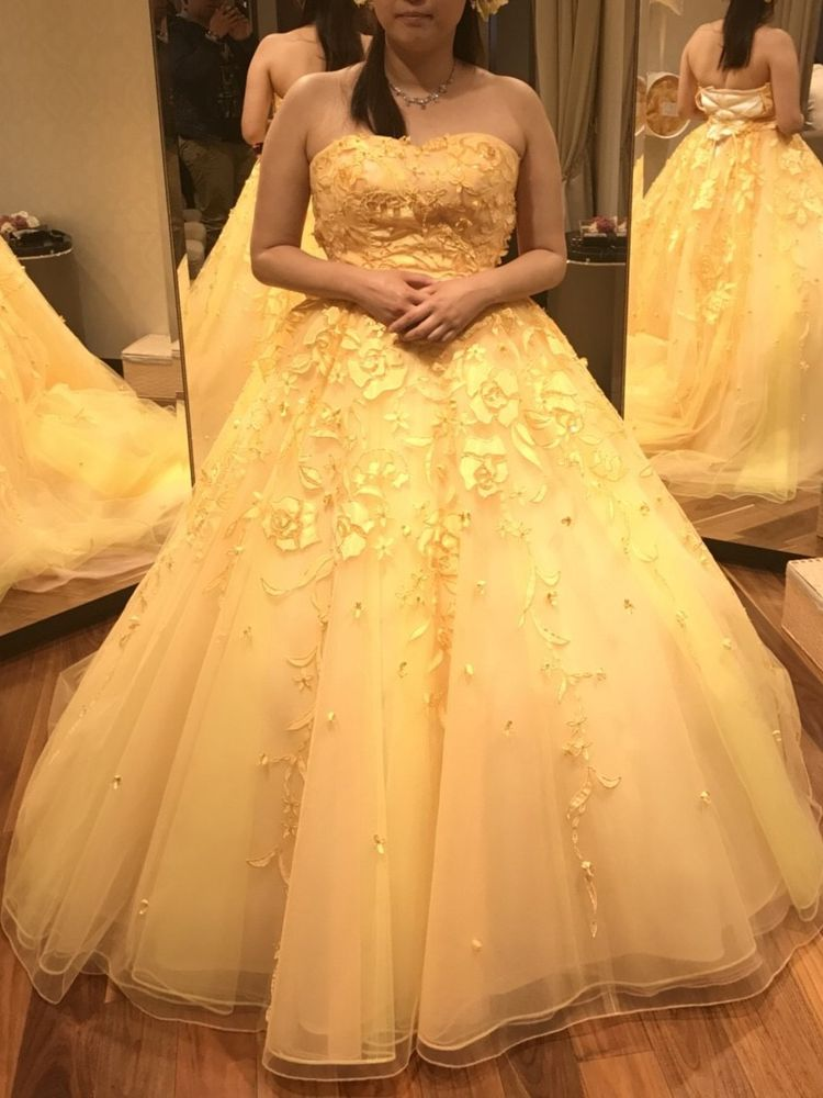 バラの刺繍が華やかなイエロードレス