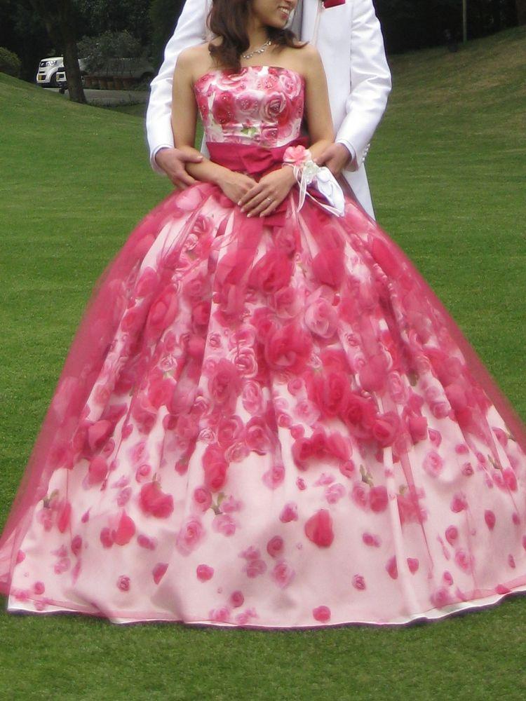 立体感のあるお花がポイントのドレス