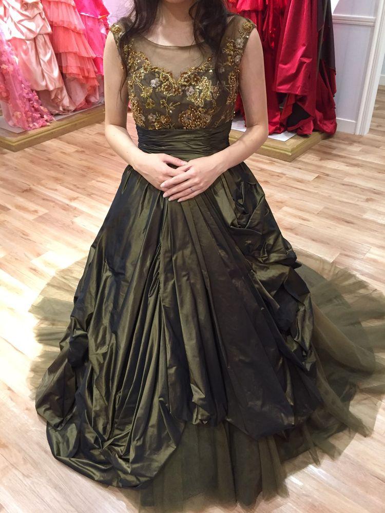 珍しいカーキ色のドレス