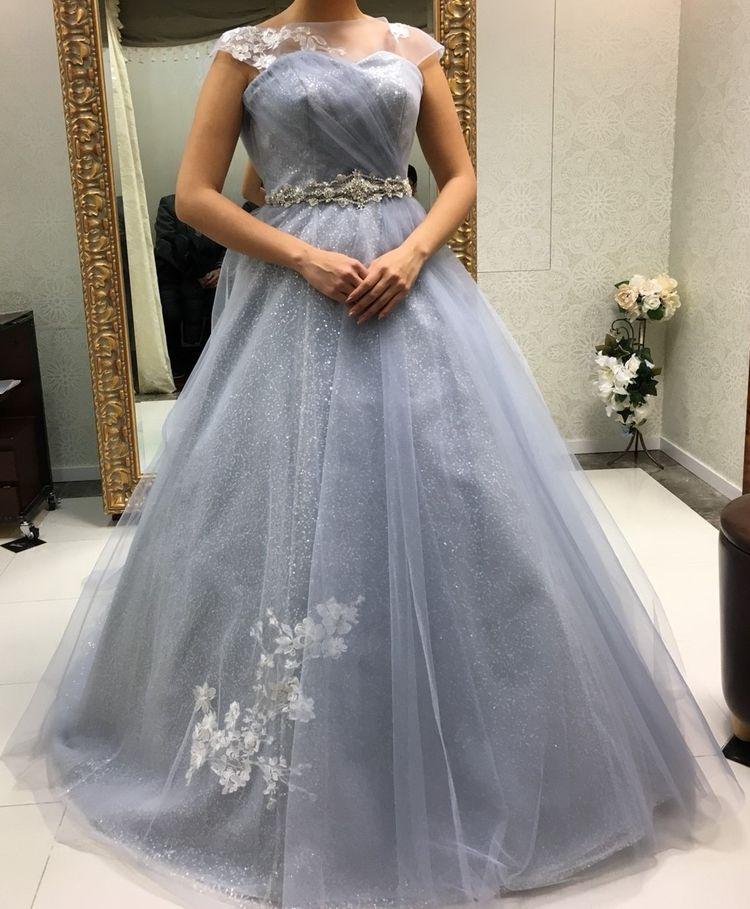 スパンコールの輝きが煌めく上品なくすみグレーのドレス