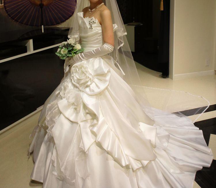 滑らかな純白ドレス
