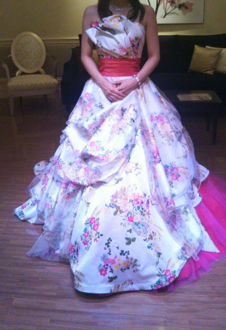 白地に花柄の華やかなドレス♡