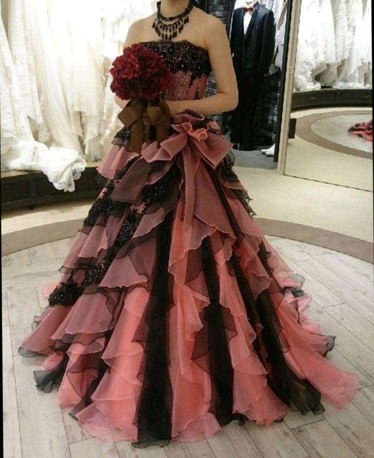 ピンクと黒のレースが織り成す流れるようなデザインのドレス