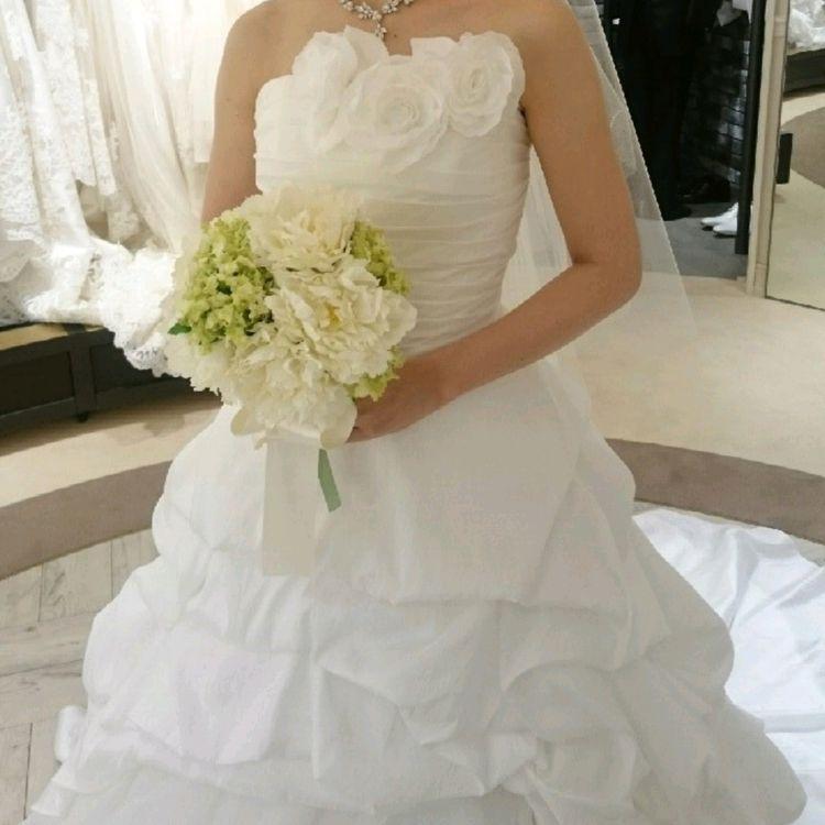 胸元の薔薇が可愛らしいシンプルなドレス