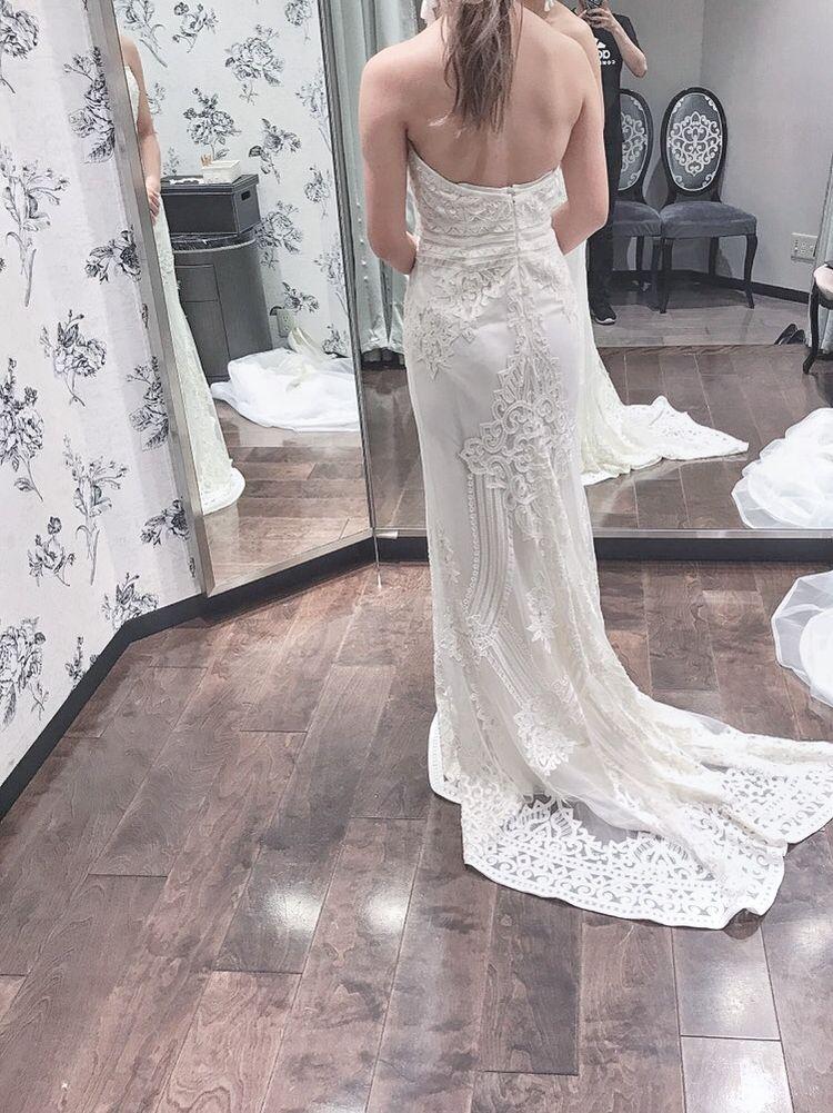 全て手縫いの刺繍に圧巻のドレス