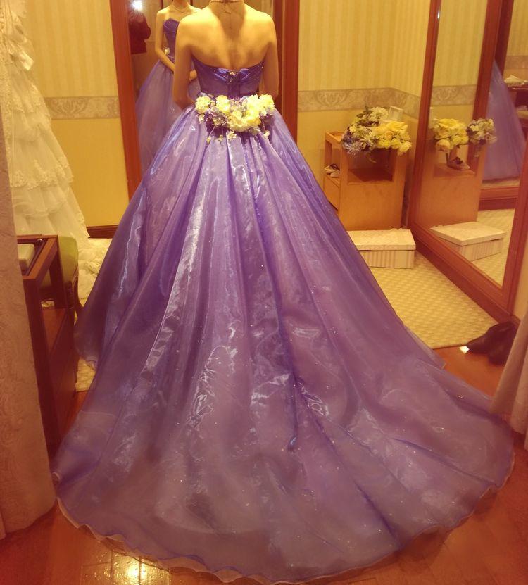 とてもラインが綺麗でウエストが細くみえるドレスです
