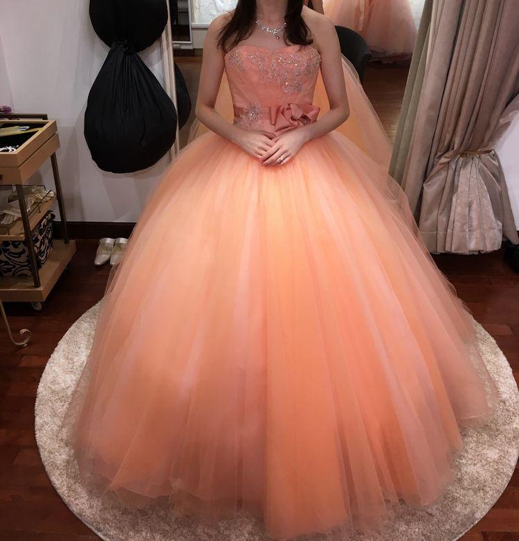 肌馴染みの良いサーモンピンクのドレス!
