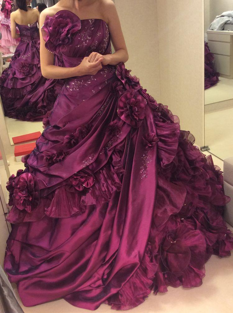 ゴージャスで目をひく紫カクテルドレス
