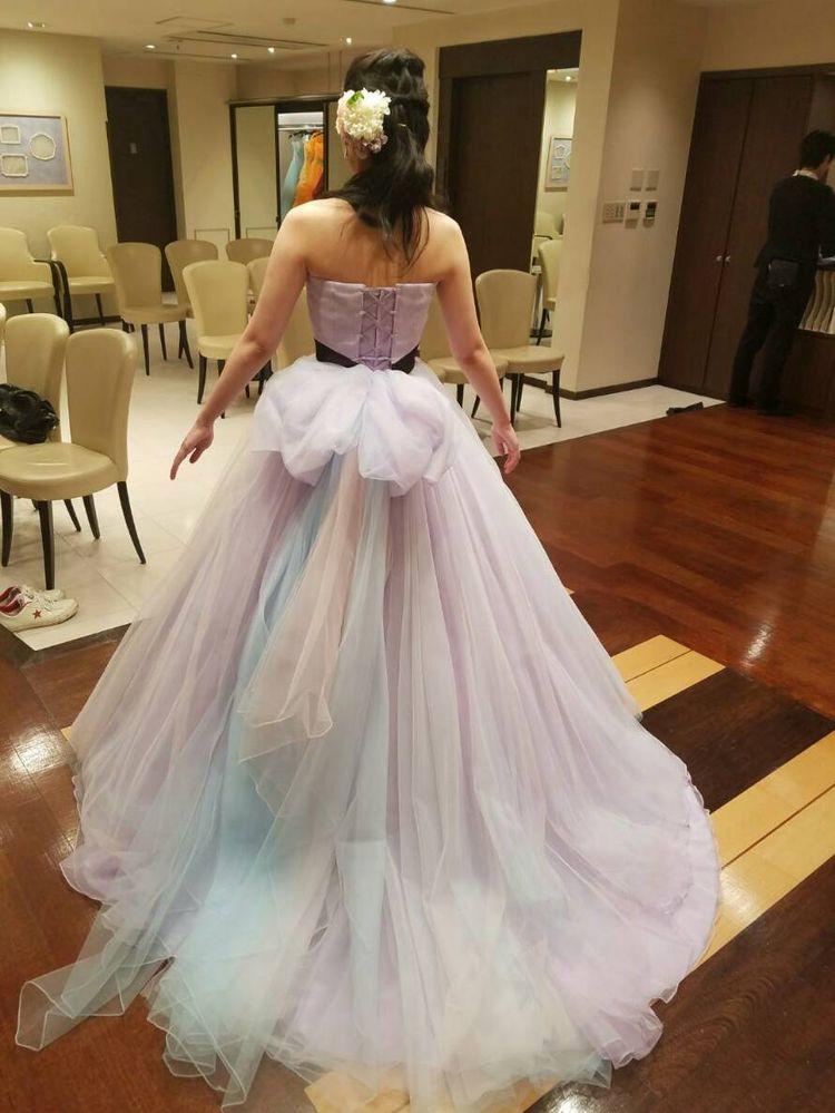 淡いパステルカラーのドレスです