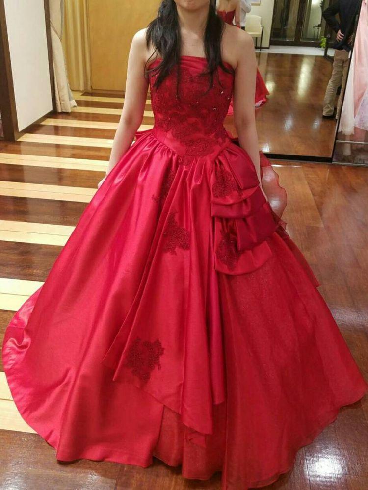 鮮やかなワインレッドのドレスです