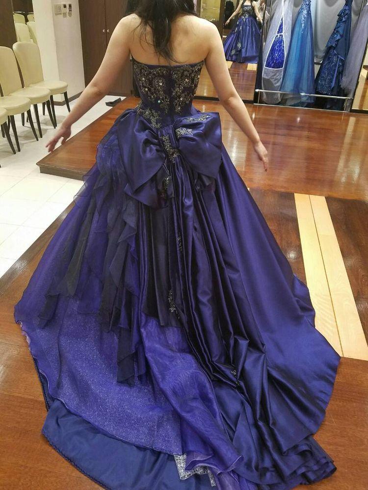 上品なブルーのドレスです