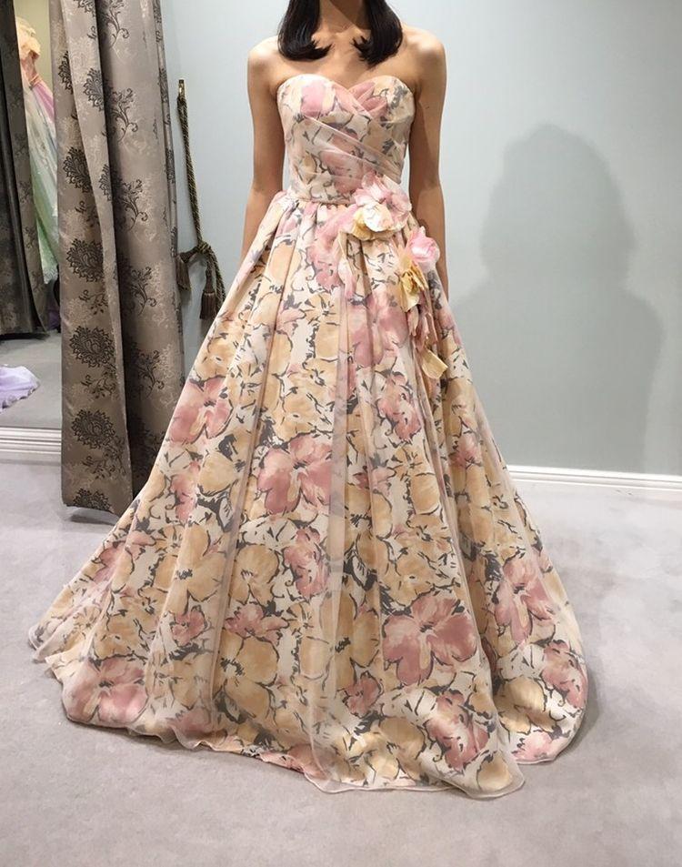 カジュアルだけど華やかなフラワープリントドレス