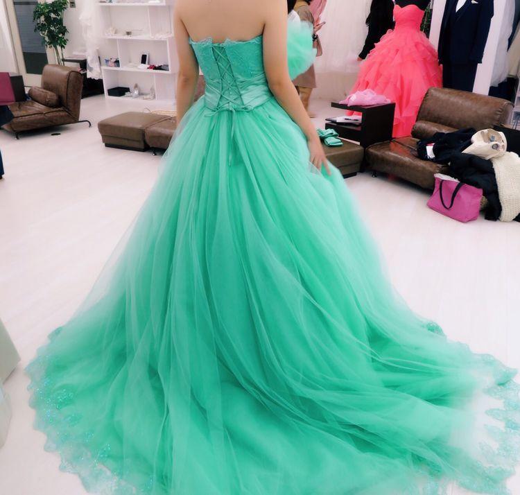 エメラルドグリーンのドレス