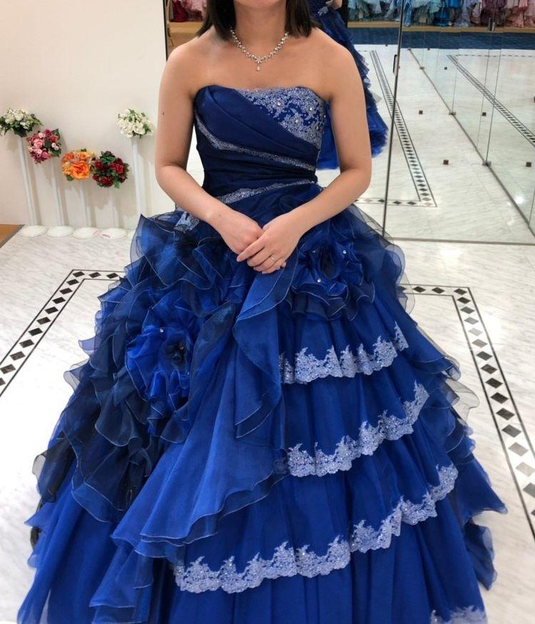 色とデザインが個性的なドレス