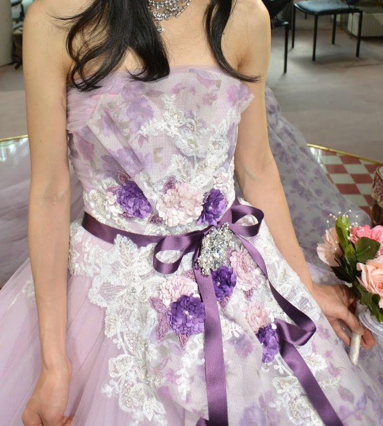 淡く可憐な紫のドレス