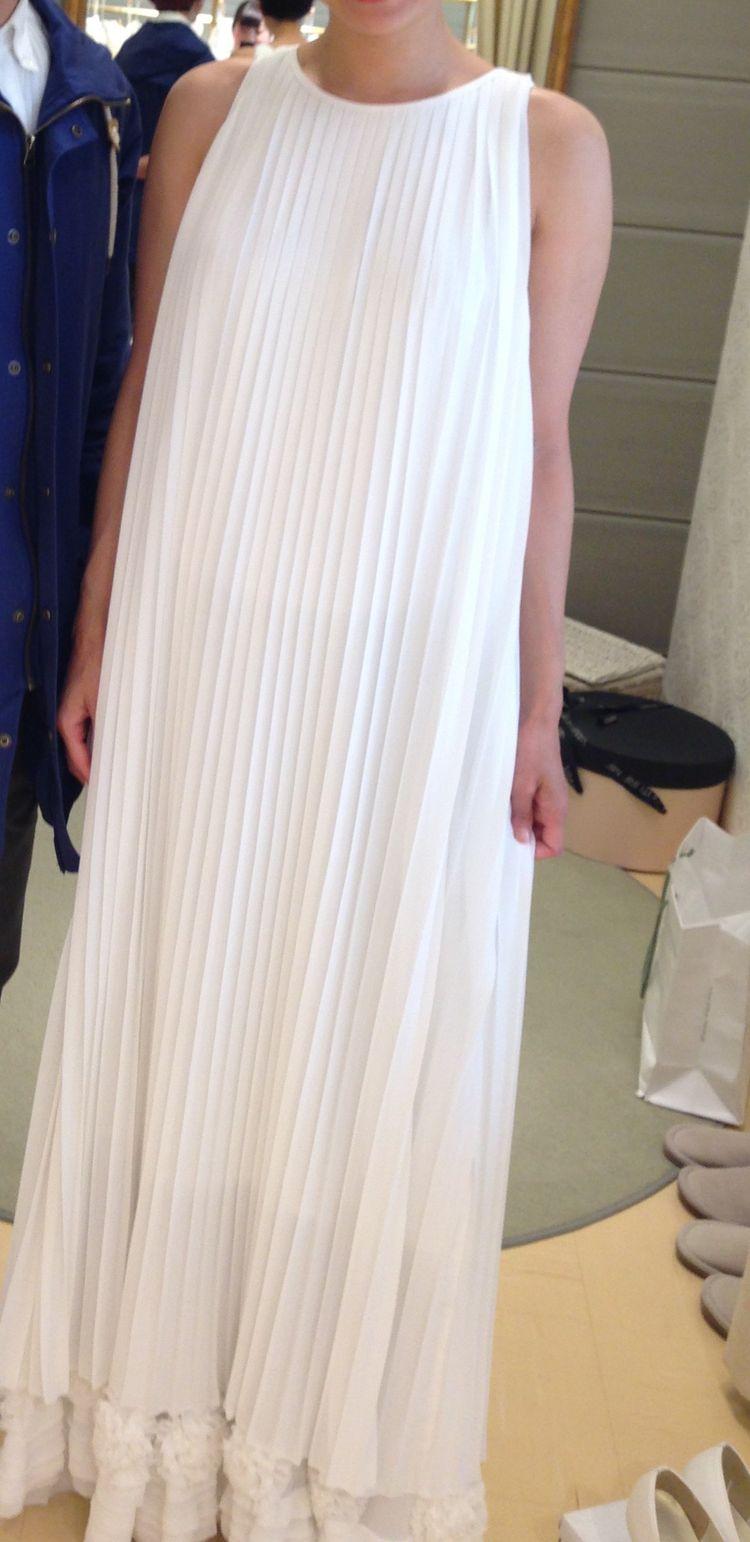 プリーツドレスで個性的。
