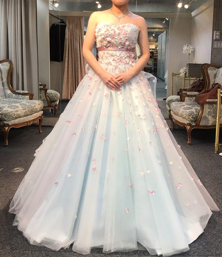 優しい水色のお花ドレス