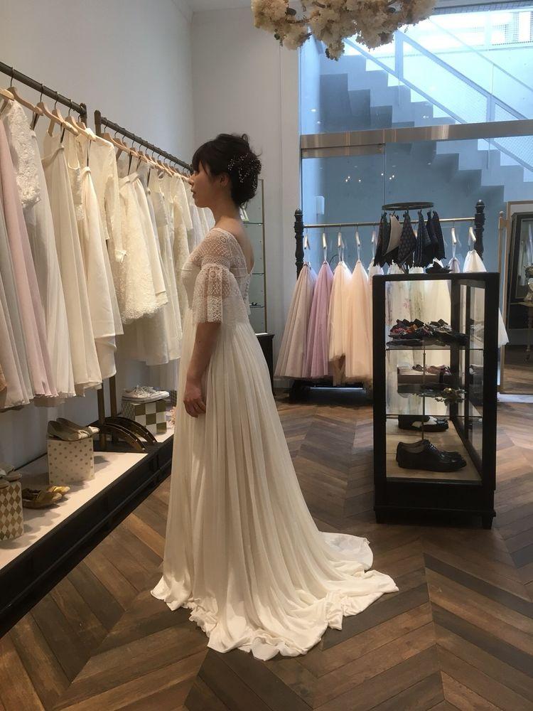 繊細レースが光るドレス